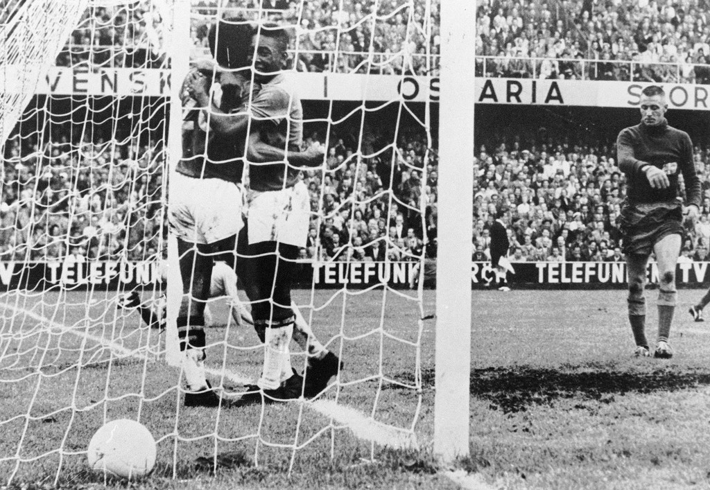 Brazilian forward Pele (c) congratulates his team-mate Vava (20) after he scored versus Sweden in World Cup 1958's final.
