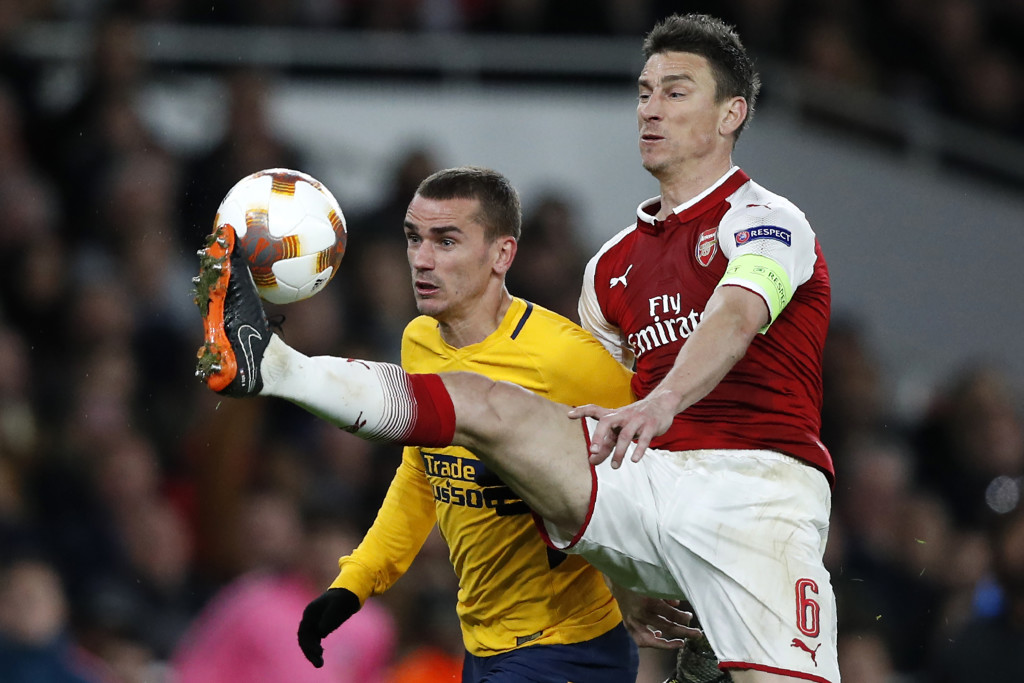 Atletico Madrid's French striker Antoine Griezmann (L) vies with Arsenal's French defender Laurent Koscielny on his way to scoring their first goal during the UEFA Europa League first leg semi-final football match between Arsenal and Atletico Madrid at the Emirates Stadium in London on April 26, 2018. - The game finished 1-1. (Photo by Adrian DENNIS / AFP) (Photo credit should read ADRIAN DENNIS/AFP/Getty Images)