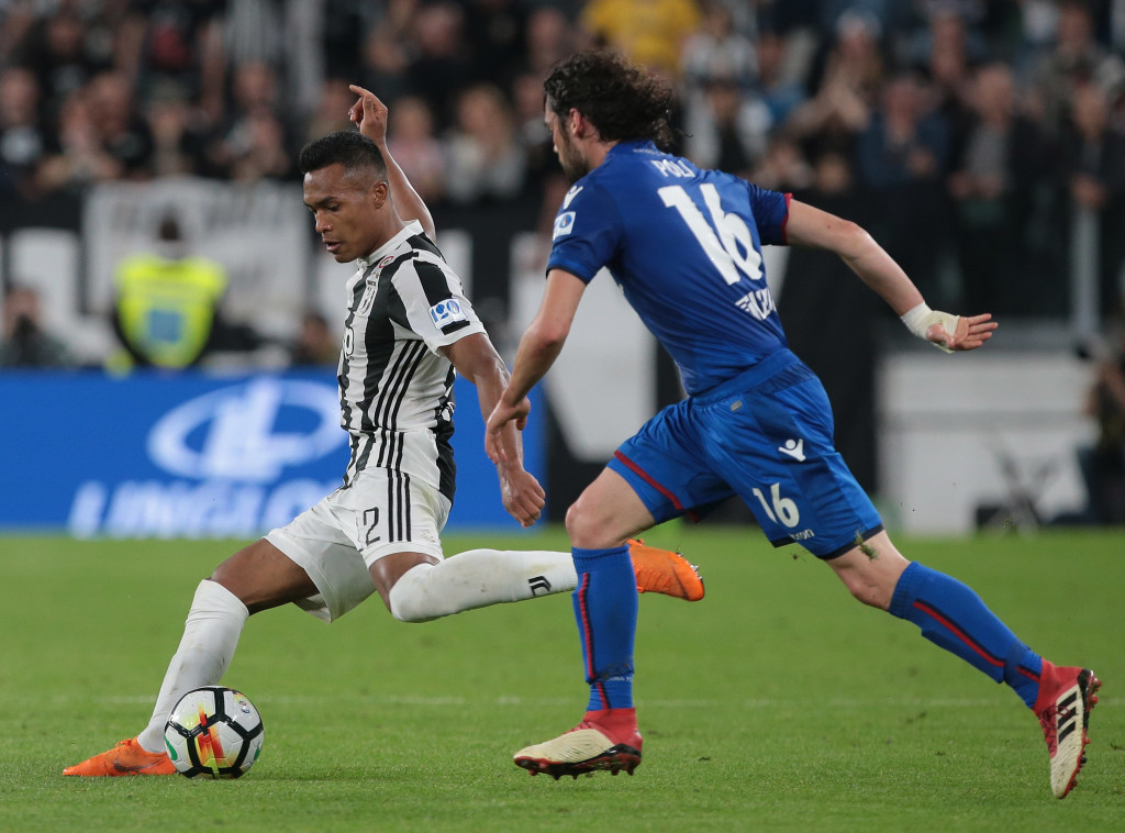 TURIN, ITALY - MAY 05: Alex Sandro (L) of Juventus FC is challenged by Andrea Poli of Bologna FC during the serie A match between Juventus and Bologna FC at Allianz Stadium on May 5, 2018 in Turin, Italy. (Photo by Emilio Andreoli/Getty Images)