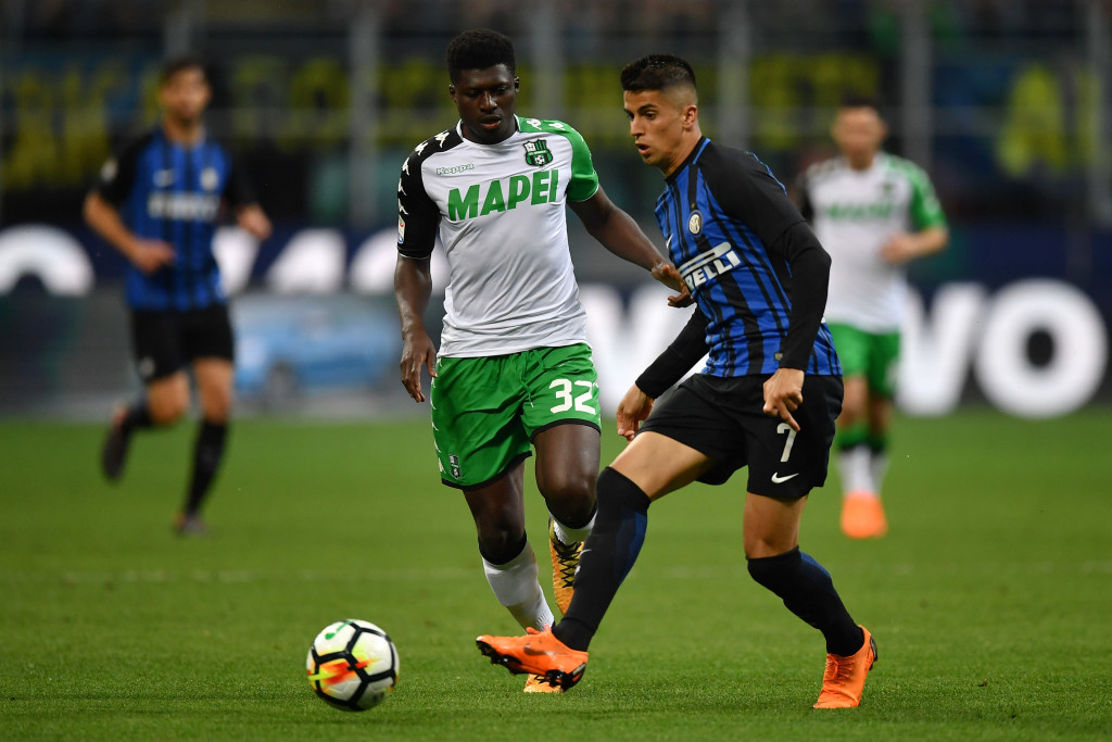 MILAN, ITALY - MAY 12: Joao Cancelo (R) of FC Internazionale in action against Alfred Duncan of US Sassuolo during the Serie A match between FC Internazionale and US Sassuolo at Stadio Giuseppe Meazza on May 12, 2018 in Milan, Italy. (Photo by Valerio Pennicino/Getty Images )