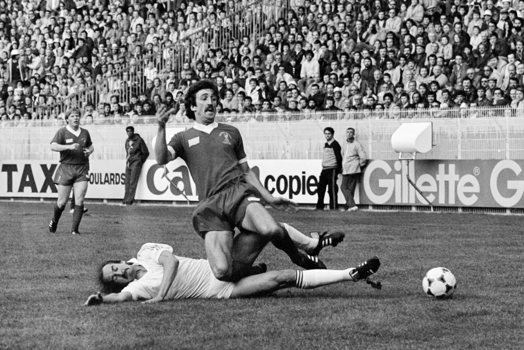 Liverpool's Scottish midfielder David Johnson (up) is tackled by Real Madrid's miedfielder Uli Stielike. Sammy Lee is in the background.