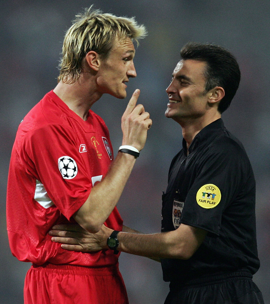 Sami Hyppia argues with Spanish referee Manuel Enrique Gonzalez in Istanbul