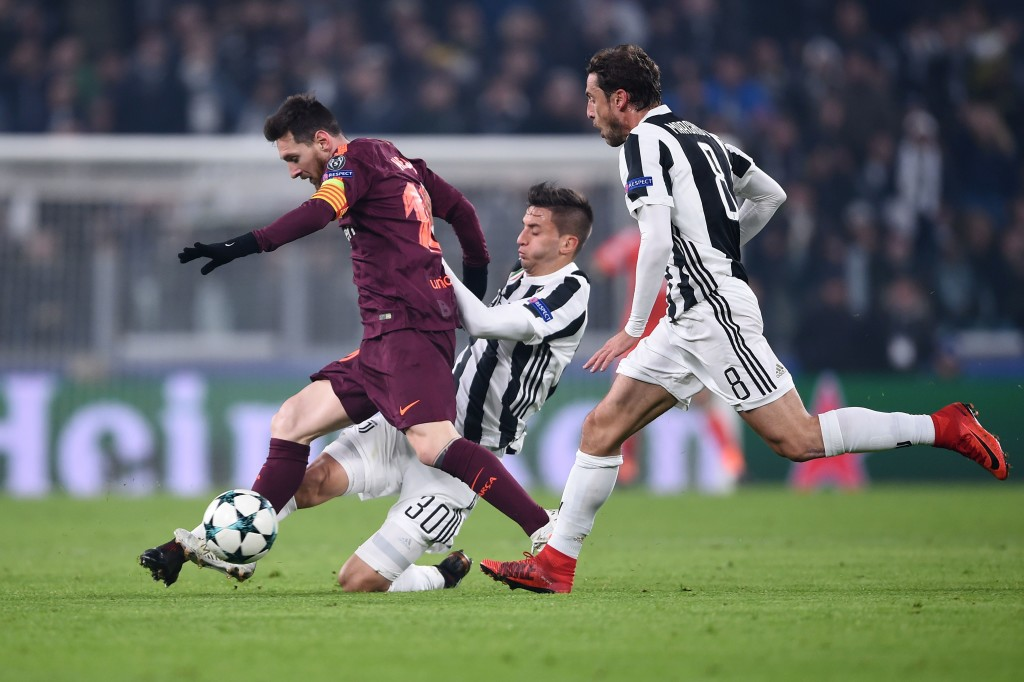 Barcelona's Argentinian forward Lionel Messi (L) vies with Juventus' midfielder from Uruguay Rodrigo Bentancur and Juventus' midfielder from Italy Claudio Marchisio (R) during the UEFA Champions League Group D football match Juventus Barcelona on November 22, 2017 at the Juventus stadium in Turin. / AFP PHOTO / Filippo MONTEFORTE (Photo credit should read FILIPPO MONTEFORTE/AFP/Getty Images)