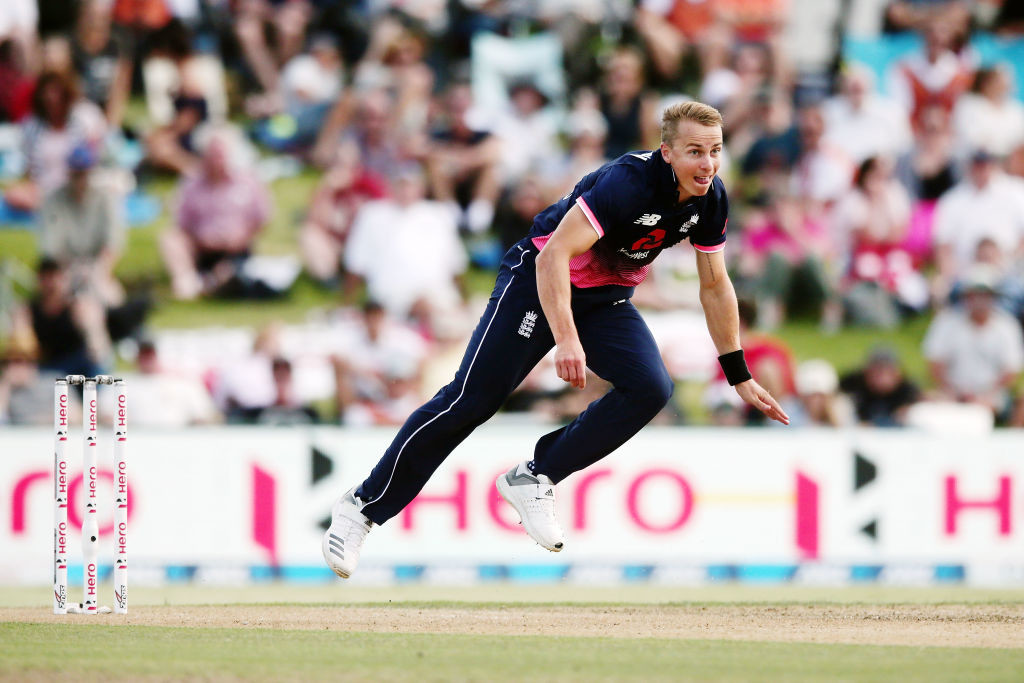 Curran will replace the injured Woakes.