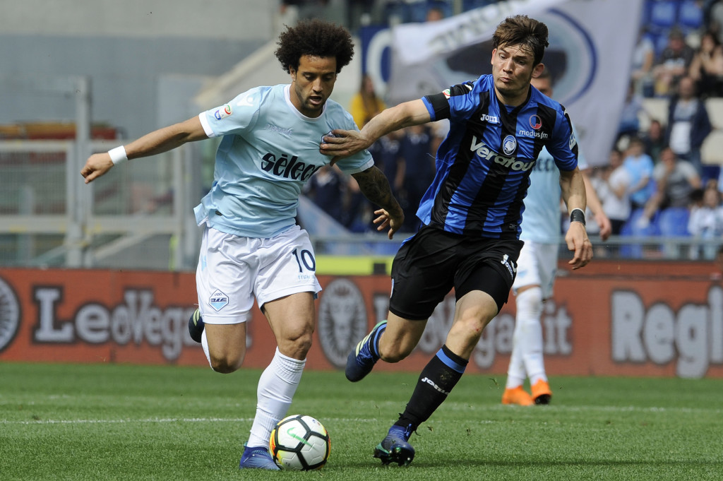 ROME, ROME - MAY 06: Felipe Anderson of SS Lazio compete for the ball with Marten De Roon Atalanta BC during the serie A match between SS Lazio and Atalanta BC at Stadio Olimpico on May 6, 2018 in Rome, Italy. (Photo by Marco Rosi/Getty Images)