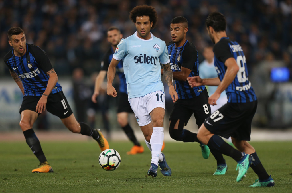 ROME, ITALY - MAY 20:  Felipe Anderson of SS Lazio competes for the ball with FC Internazionale players during the Serie A match between SS Lazio and FC Internazionale at Stadio Olimpico on May 20, 2018 in Rome, Italy.  (Photo by Paolo Bruno/Getty Images)