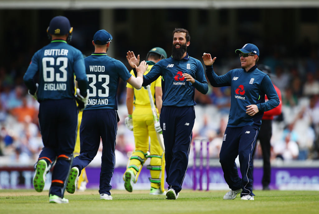Australia struggles against the off-spin of Moeen Ali.