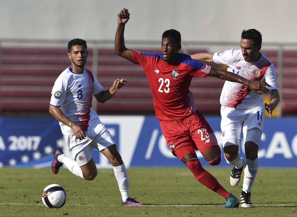 Panama's player Michael Murillo (C) vies for the ball with Randall Azofeifa of Costa Rica during the Central American Football Union (UNCAF) tournament at Rommel Fernandez stadium in Panama City on January 22, 2017. / AFP / RODRIGO ARANGUA (Photo credit should read RODRIGO ARANGUA/AFP/Getty Images)