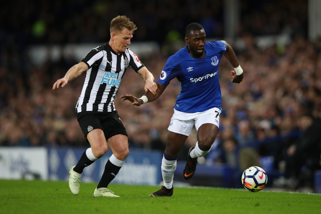 LIVERPOOL, ENGLAND - APRIL 23: Yannick Bolasie of Everton and Matt Ritchie of Newcastle United battle for possession during the Premier League match between Everton and Newcastle United at Goodison Park on April 23, 2018 in Liverpool, England. (Photo by Clive Brunskill/Getty Images)