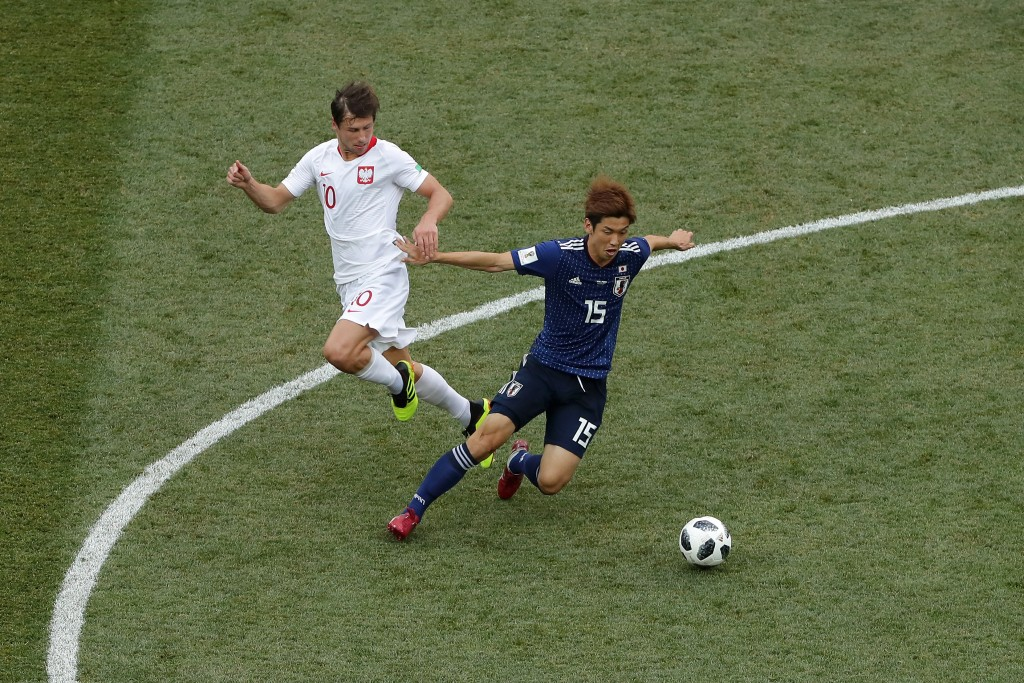 VOLGOGRAD, RUSSIA - JUNE 28: Yuya Osako of Japan is challenged by Grzegorz Krychowiak of Poland during the 2018 FIFA World Cup Russia group H match between Japan and Poland at Volgograd Arena on June 28, 2018 in Volgograd, Russia. (Photo by Richard Heathcote/Getty Images)
