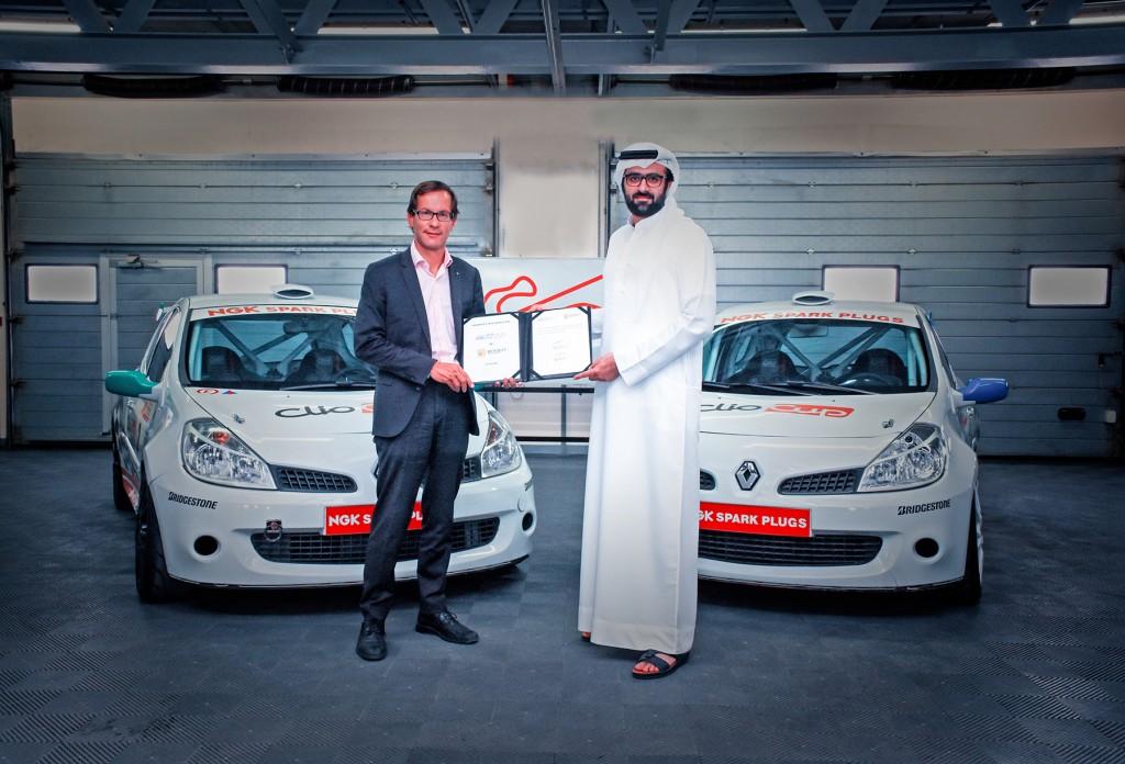 Faisal Al Sahlawi and Emmanuel Guiffault signing the partnership agreement
