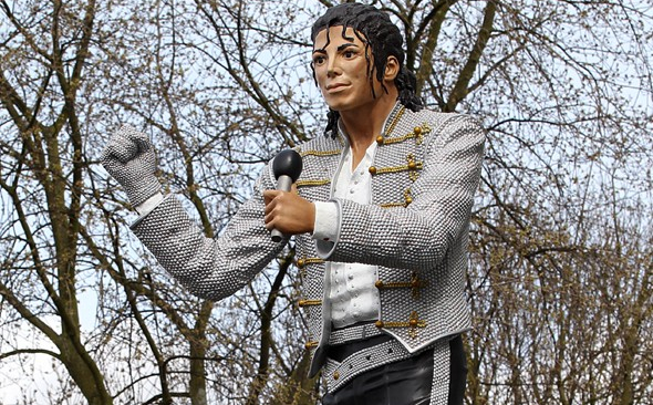 Eeee heee, what on earth is that? Michael Jackson's statue.