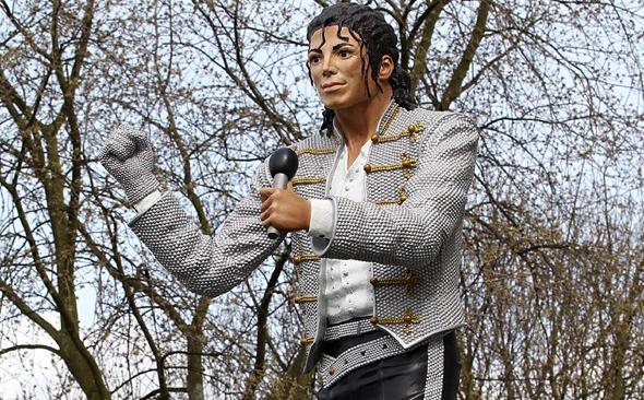 Eeee heee, what on earth is that? Michael Jackson's statue.