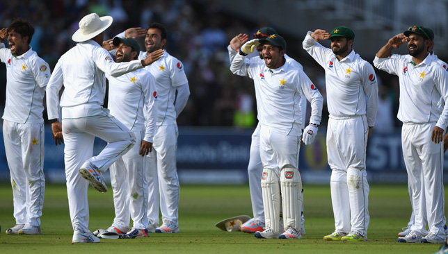 Pakistan team celebrate after winning the 2016 Lord's Test.