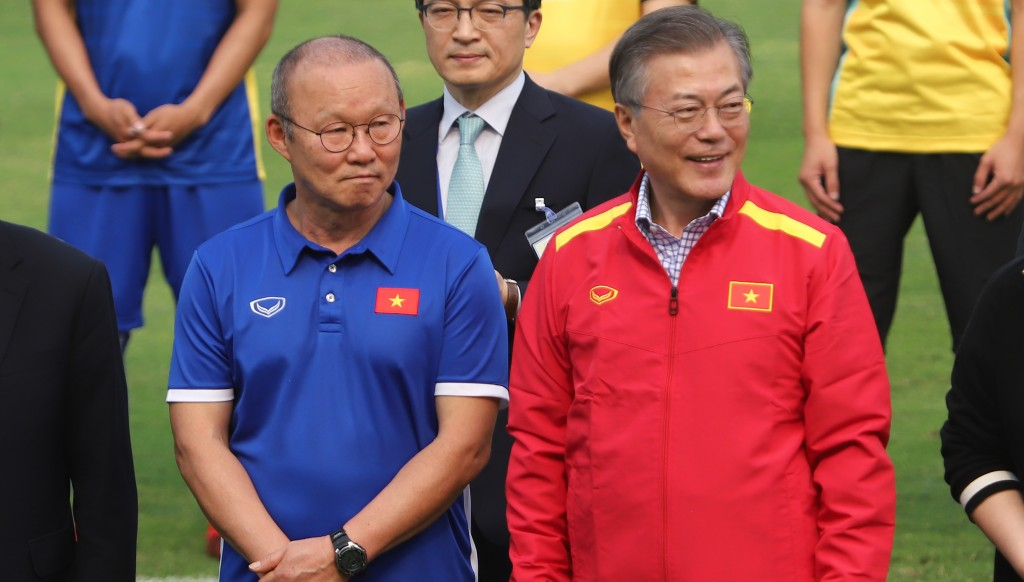 South Korean Park Hang-seo (l) is in charge of Vietnam.