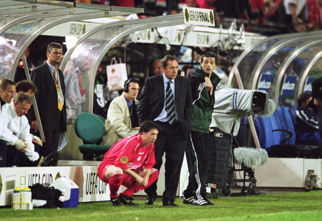 Fowler on the sideline with Gerard Houllier during the UEFA Cup Final against Deportivo Alaves in 2001