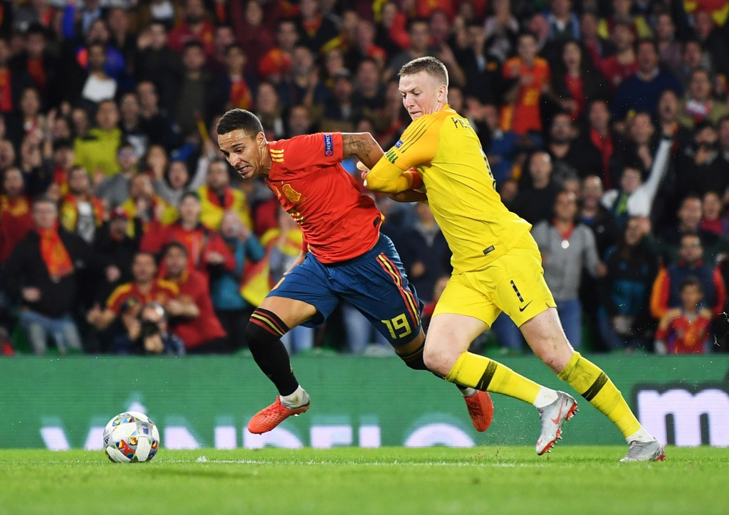SEVILLE, SPAIN - OCTOBER 15: Rodrigo of Spain and Jordan Pickford of England tussle for the ball during the UEFA Nations League A Group Four match between Spain and England at Estadio Benito Villamarin on October 15, 2018 in Seville, Spain. (Photo by David Ramos/Getty Images)