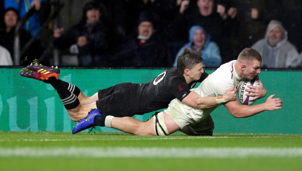 Sam Underhill dives over but it wasn't to be for the England flanker.