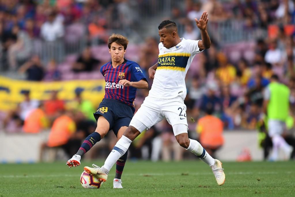 Riqui Puig vom FC Barcelona konkurriert mit Sebastian Villa von Boca Juniors um den Kampf um die Joan Gamper Trophy