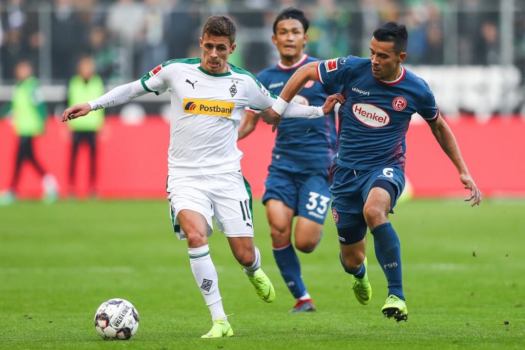 Thorgan Hazard Nr. 10 von Borussia Mönchengladbach fordert den Ball mit Alfredo Morales Nr. 6 von Fortuna Düsseldorf während des Bundesligaspiels zwischen Borussia Mönchengladbach und Fortuna Düsseldorf auf.