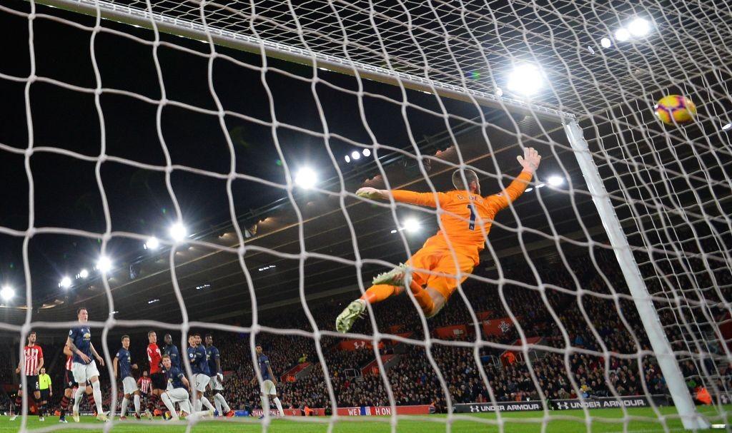 David de Gea dives but can't reach the ball as Cedric Soares scores