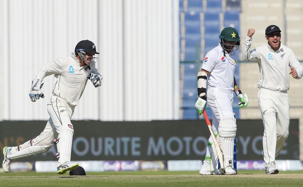 Neuseeländische Cricketspieler BJ Watling (L) an d Ross Taylor (R) feiert nach der Entlassung des pakistanischen Schlagmanns Imam-ul-Haq (2R) am letzten Tag des dritten und letzten Testkricketspiels zwischen Pakistan und Neuseeland im Sheikh Zayed International Cricket Stadium in Abu Dhabi