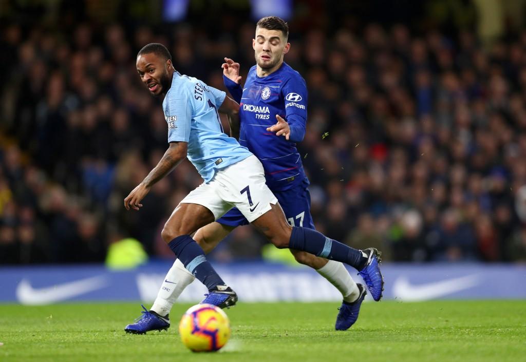 Raheem Sterling von Manchester City wird während des Premier League-Spiels zwischen Chelsea FC und Manchester City an der Stamford Bridge von Mateo Kovacic von Chelsea herausgefordert.