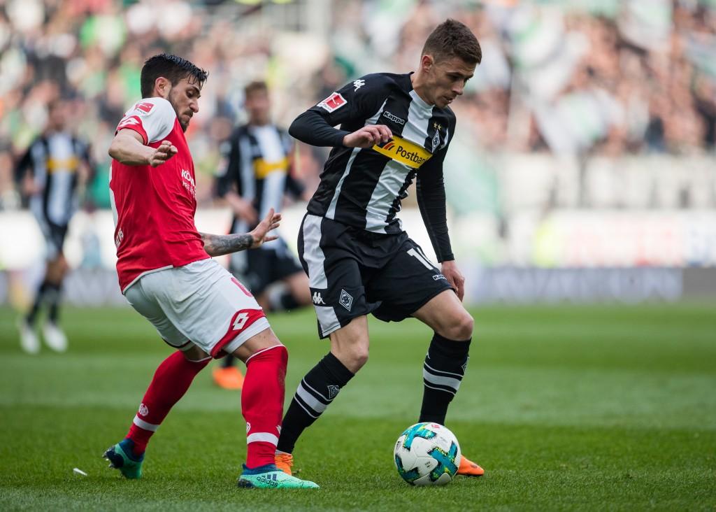 Thorgan Hazard aus Mönchengladbach wird von Danny Latza aus Mainz während des Bundesligaspiels zwischen dem 1. FSV Mainz 05 und Borussia Mönchengladbach