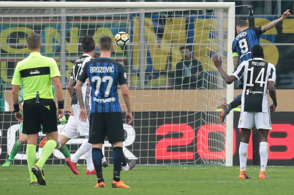 MILAN, ITALY - APRIL 28: Mauro Emanuel Icardi of FC Internazionale Milano scores his goal during the serie A match between FC Internazionale and Juventus