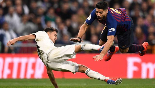Sergio Reguilson challenges Luis Suarez