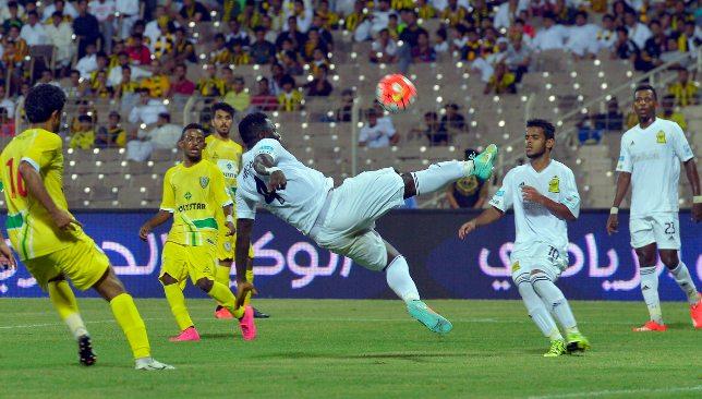 Sulley Muntari (c) tente une volée acrobatique contre Najran en août 2015.