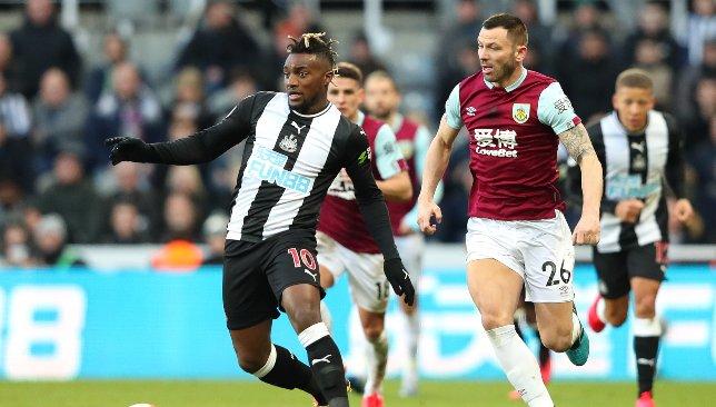 Allan Saint Maximin (l) en action pour Newcastle v Burnley.