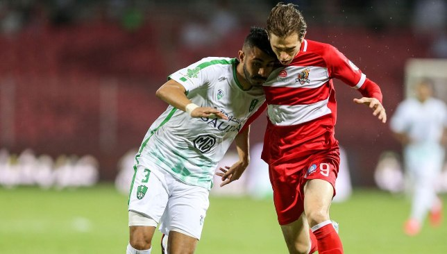 Craig Goodwin (r) en action contre Al Ahli Jeddah (EPA).