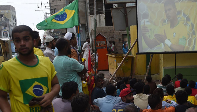 Les supporters du Brésil dans le quartier pakistanais de Lyari regardent le match de football de la Coupe du Monde FIFA 2018 entre le Brésil et le Mexique.