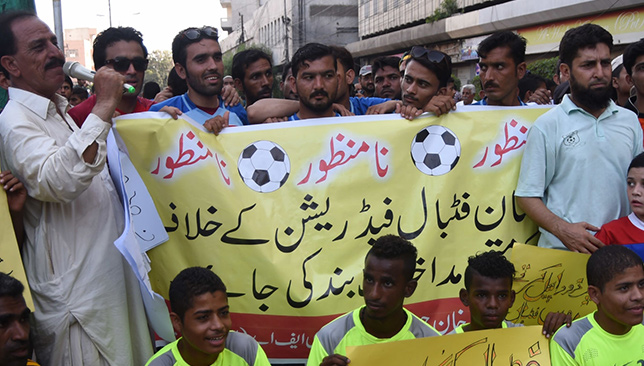Les associations locales de football protestent contre la suspension de la Fédération pakistanaise de football.