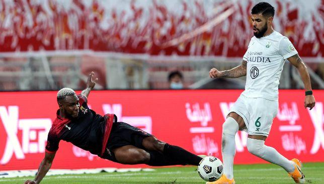 Youssoufou Niakate coincé pour Al Wehda contre Al Ahli Jeddah (EPA).